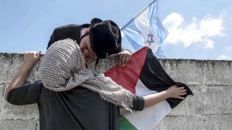 ما حقيقة صورة الإسرائيلي الذي يقبل فلسطينية؟